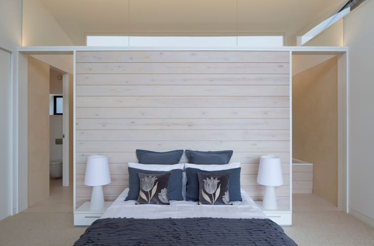 Le Portelet:  Bedroom by JAMIE FALLA ARCHITECTURE