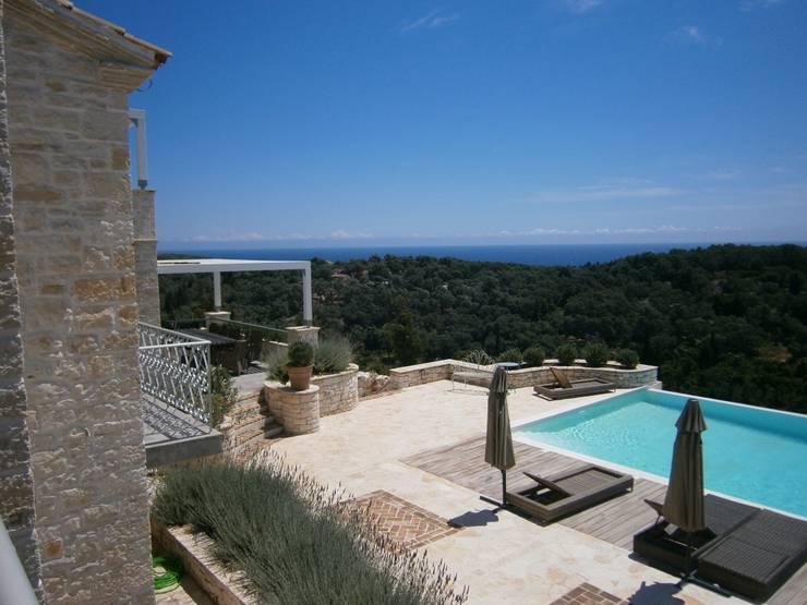 villa in grecia : Case in stile in stile Mediterraneo di olimpia