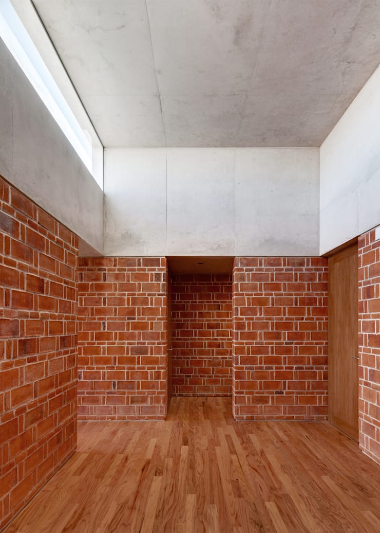 Minimalist corridor, hallway & stairs by Ambrosi I Etchegaray Minimalist
