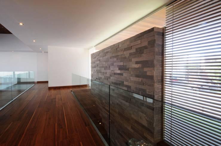 Casa EV: Pasillos y recibidores de estilo  por ze|arquitectura