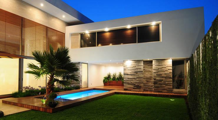 Fachadas posteriores de casas de dos pisos 20 dise os for Casa minimalista 80 metros