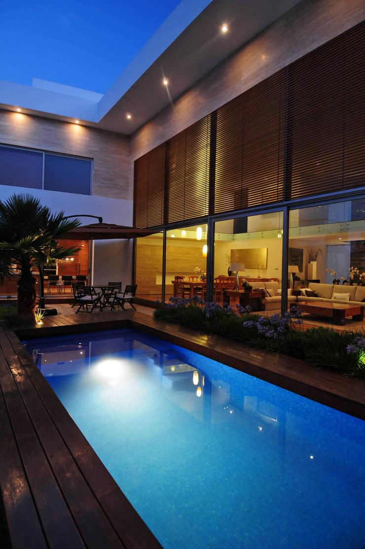 Casa EV: Albercas de estilo  por ze|arquitectura