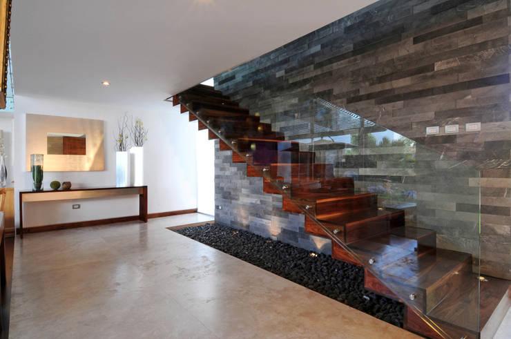 Pasillos y hall de entrada de estilo  por ze|arquitectura