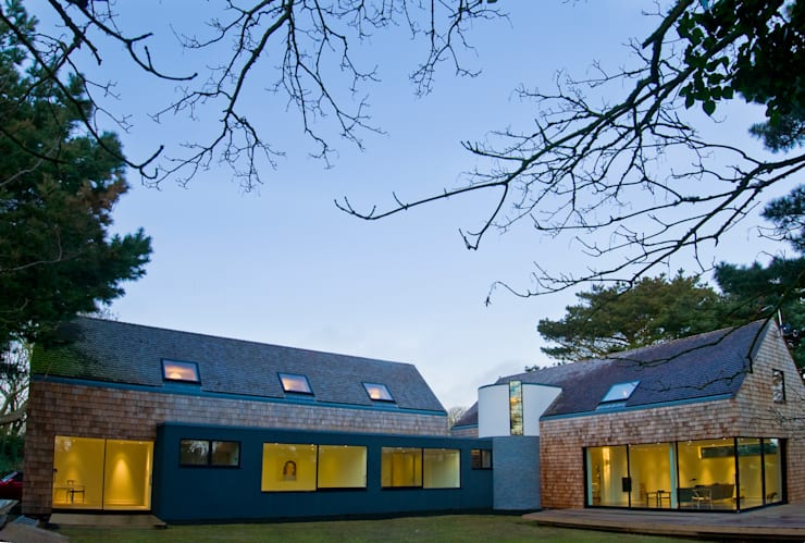 Les Bardeaux:  Houses by JAMIE FALLA ARCHITECTURE