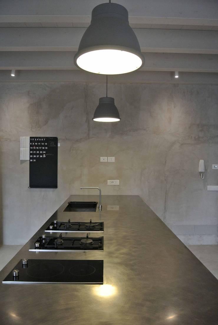 Cucina Minimal per una residenza privata a Mantova sulle sponde del lago superiore.:  in stile  di Entrata Libera 48