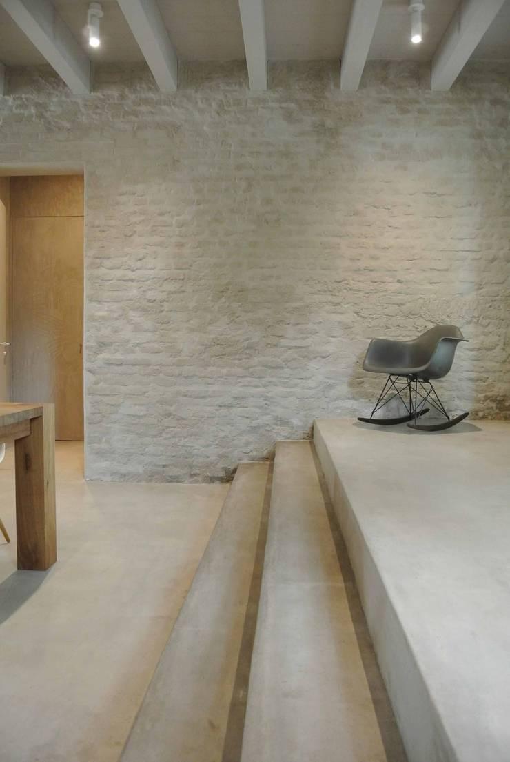 Cucina Minimal per una residenza privata a Mantova sulle sponde del lago superiore.: Cucina in stile  di Entrata Libera 48