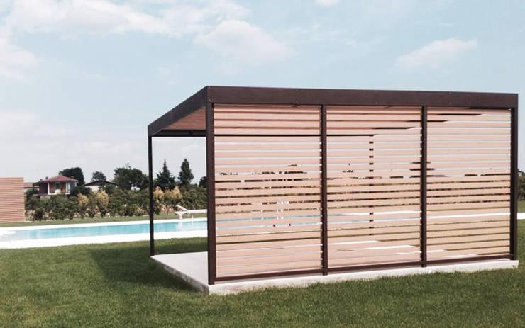 Progettazione e realizzazione di struttura esterna in una villa sul lago di Garda: Giardino in stile  di Entrata Libera 48,