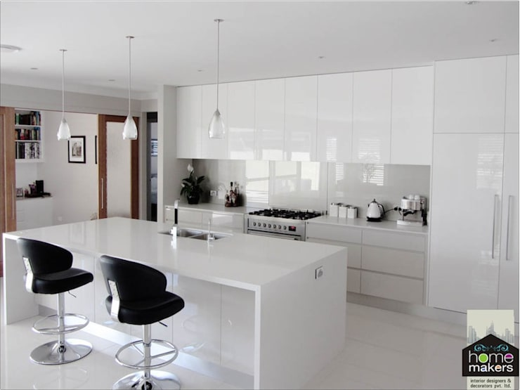 White Kitchen:  Kitchen by home makers interior designers & decorators pvt. ltd.