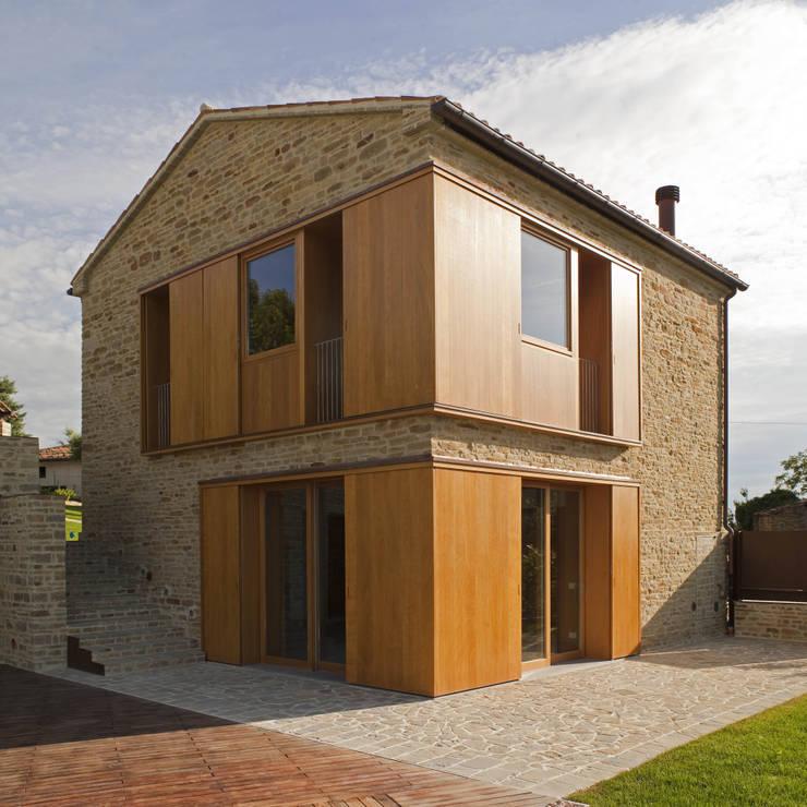 Ristrutturazione casa A - F. Da edificio rurale a dependance.:  in stile  di Marco Turchi
