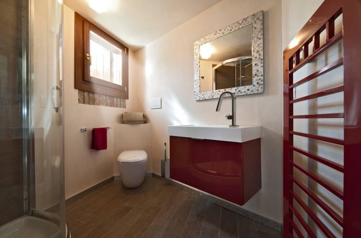 Elementi d 39 arredo essenziali gli specchi per il bagno - Specchio bagno con cornice ...