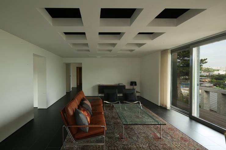 건우씨네 집수리(KUNWOO'S JIP-SOORI): 무회건축연구소의  거실