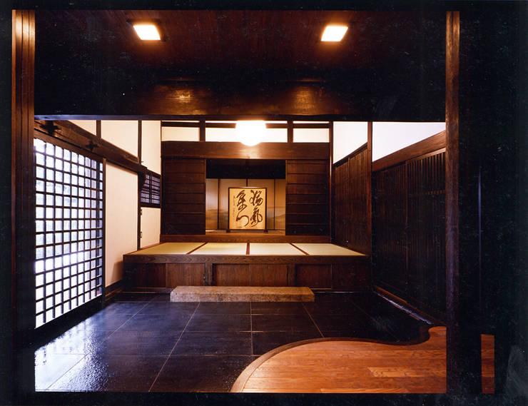 応接間より玄関を見る。: 小河原建築設計事務所が手掛けたです。