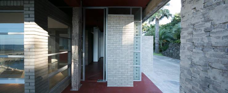 제주 집수리(JEJU JIP-SOORI): 무회건축연구소의  복도 & 현관