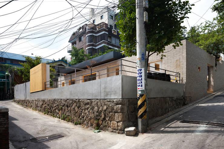 Casas de estilo moderno por 무회건축연구소