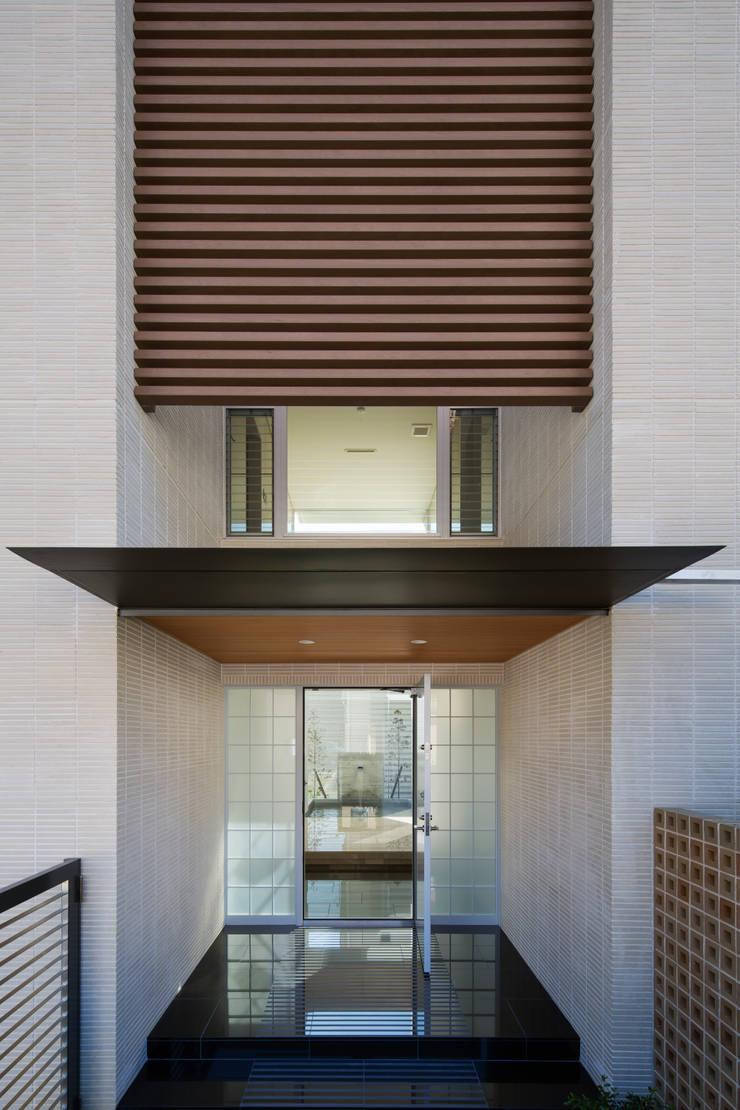 玄関: 株式会社 U建築研究所が手掛けた家です。