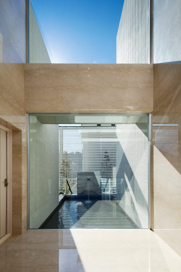 水盤と青空: 株式会社 U建築研究所が手掛けた家です。