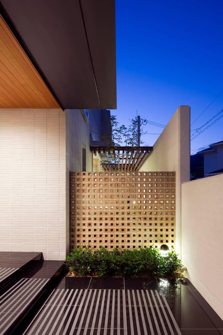 玄関夜景: 株式会社 U建築研究所が手掛けた家です。