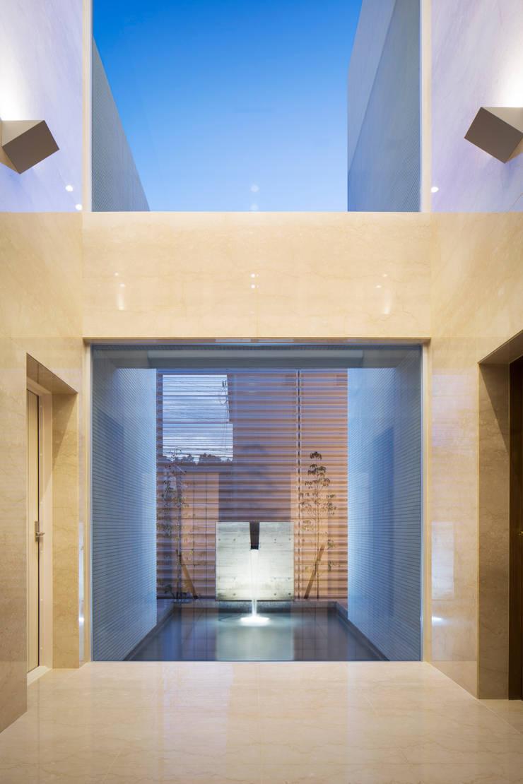 水盤の夜景: 株式会社 U建築研究所が手掛けた廊下 & 玄関です。