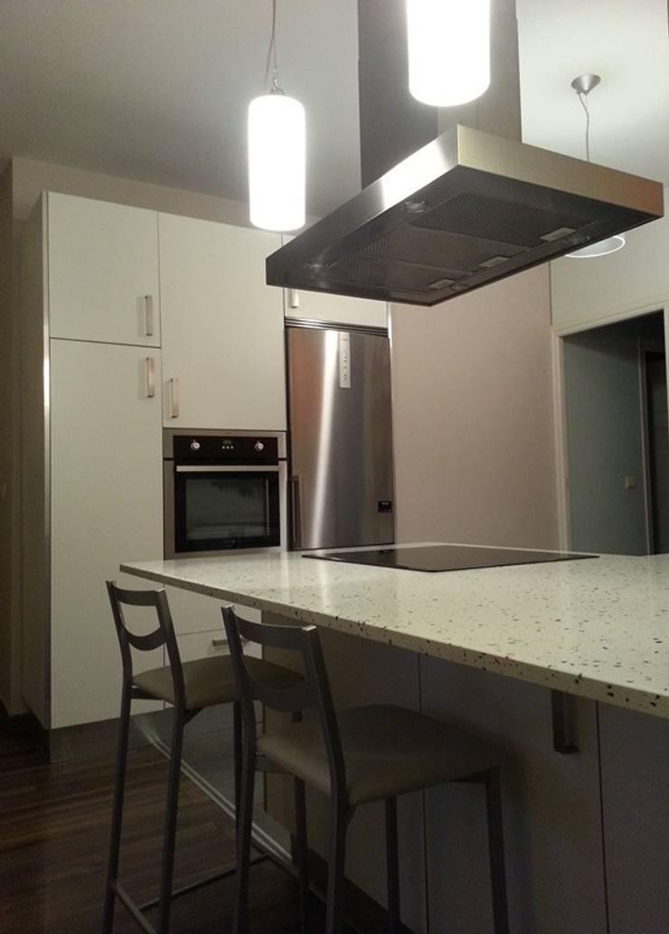 Reformas interiores cocinas:  de estilo  de MARCO LÓGICO CONSULTORES SL