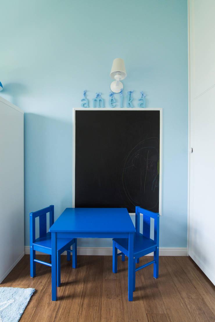 Warszawa – mieszkanie z nutką klasyki: styl , w kategorii Pokój dziecięcy zaprojektowany przez Art of home