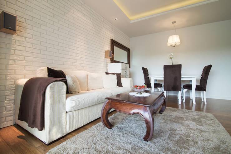 Warszawa - mieszkanie z nutką klasyki: styl , w kategorii Salon zaprojektowany przez Art of home