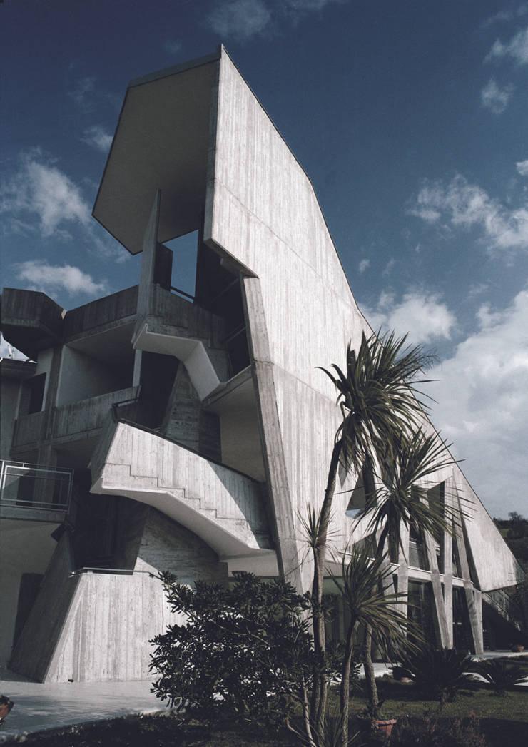 Ampliamento di una residenza, Altavilla Silentina, Salerno:  in stile  di South Corner