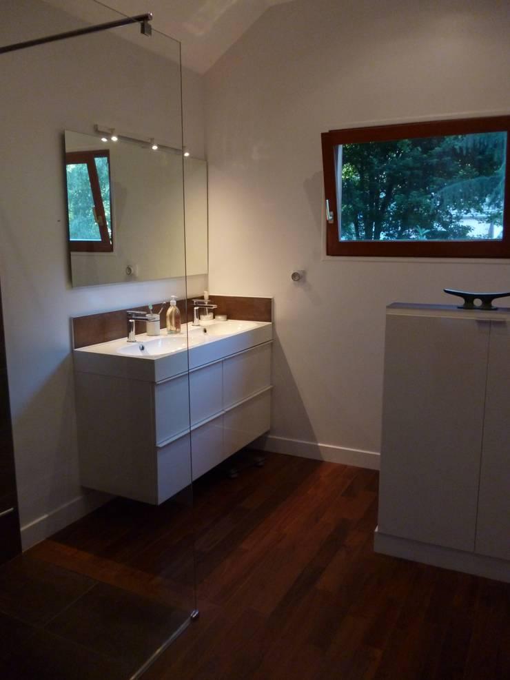 APRES sdb  suite parental: Maison de style  par  Elodie ROBOT Architecte d'intérieur
