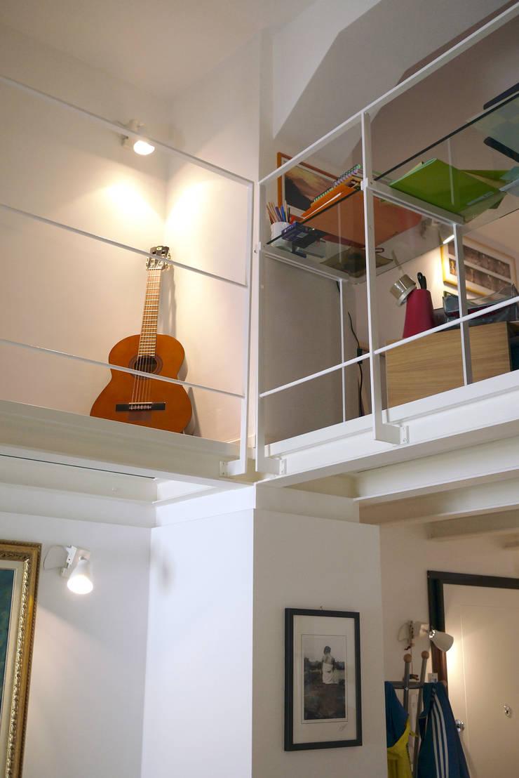 Casa CM: Ingresso & Corridoio in stile  di Nicola Sacco Architetto, Industrial