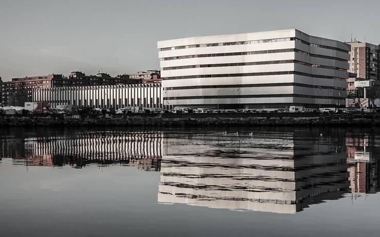 CLÍNICA IMQ EN ZORROTZAURRE:  de estilo  de Katsura Arquitectura