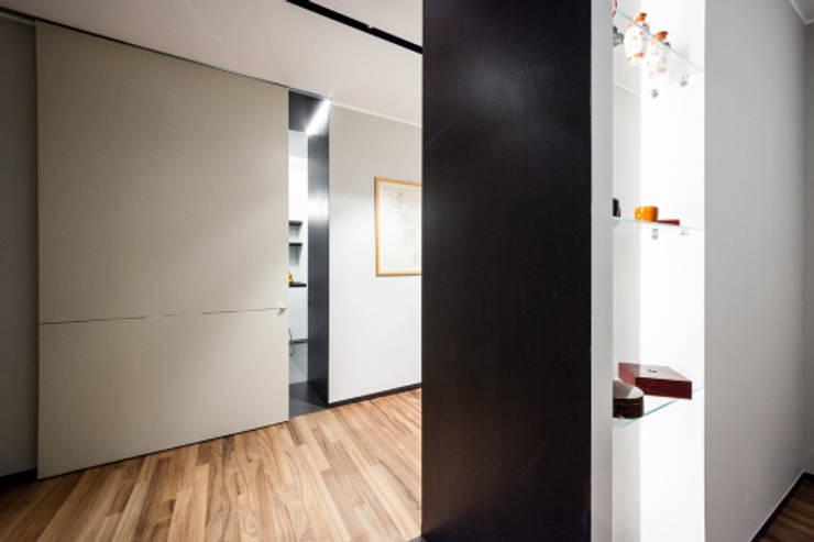 light grey : Camera da letto in stile  di 23bassi studio di architettura