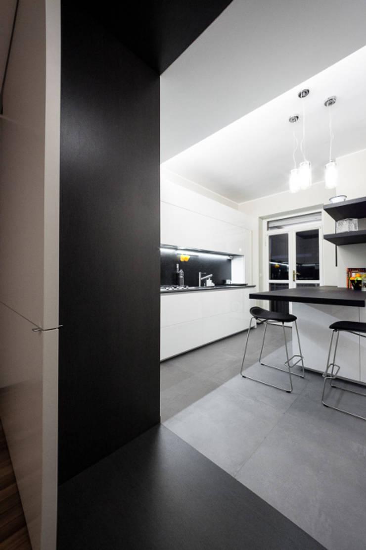 light grey : Cucina in stile  di 23bassi studio di architettura