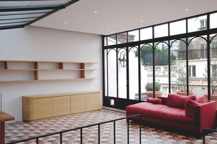 Une verrière réhabilitée: Bureau de style de style Industriel par Jeanne Hoesch architectes