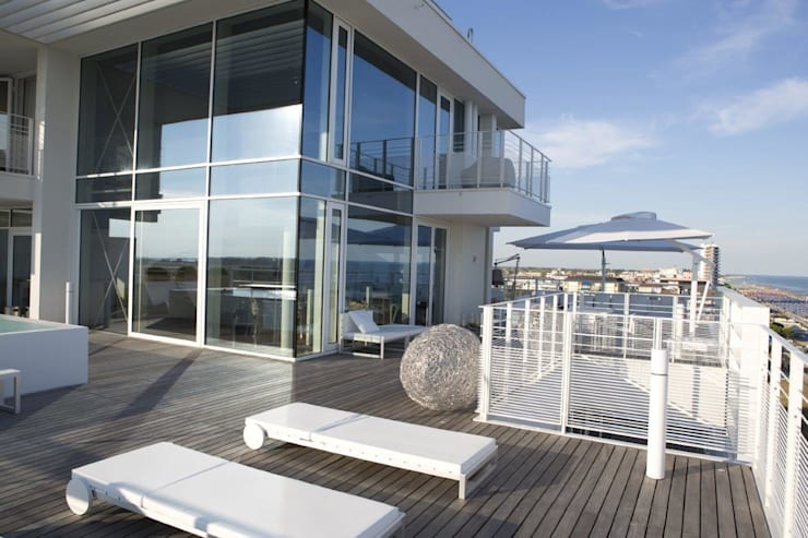 Attico Interni al The Beach Houses firmate Richard Meier:  in stile  di Stay Green Venezia, Minimalista