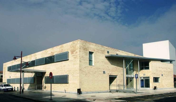 Centro de Salud La Campiña en Marchamalo:  de estilo  de Argola Arquitectos