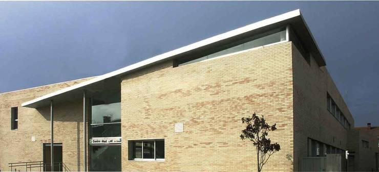 Vista de la entrada principal al centro de Salud:  de estilo  de Argola Arquitectos