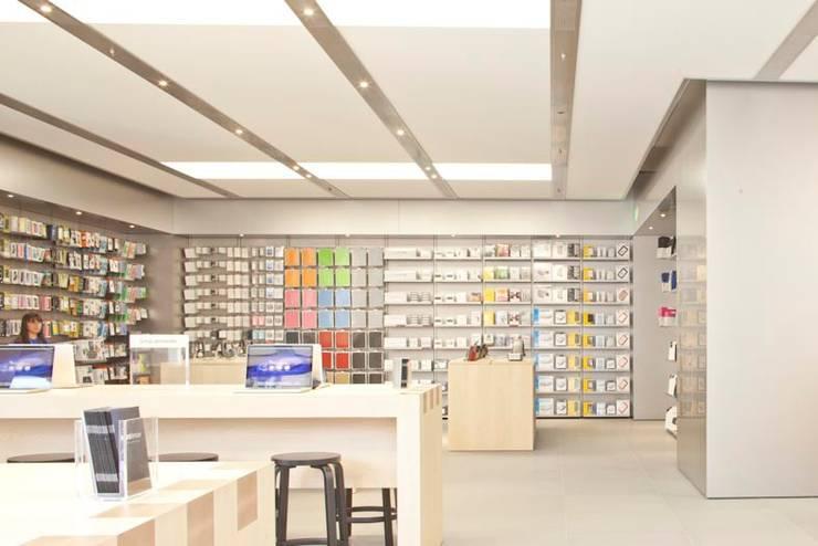 Apple Retail Store, Bologna, 2013: Spazi commerciali in stile  di gre