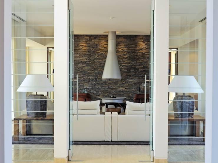 Project Monterei: Casas  por Reflexões Contemporary Design