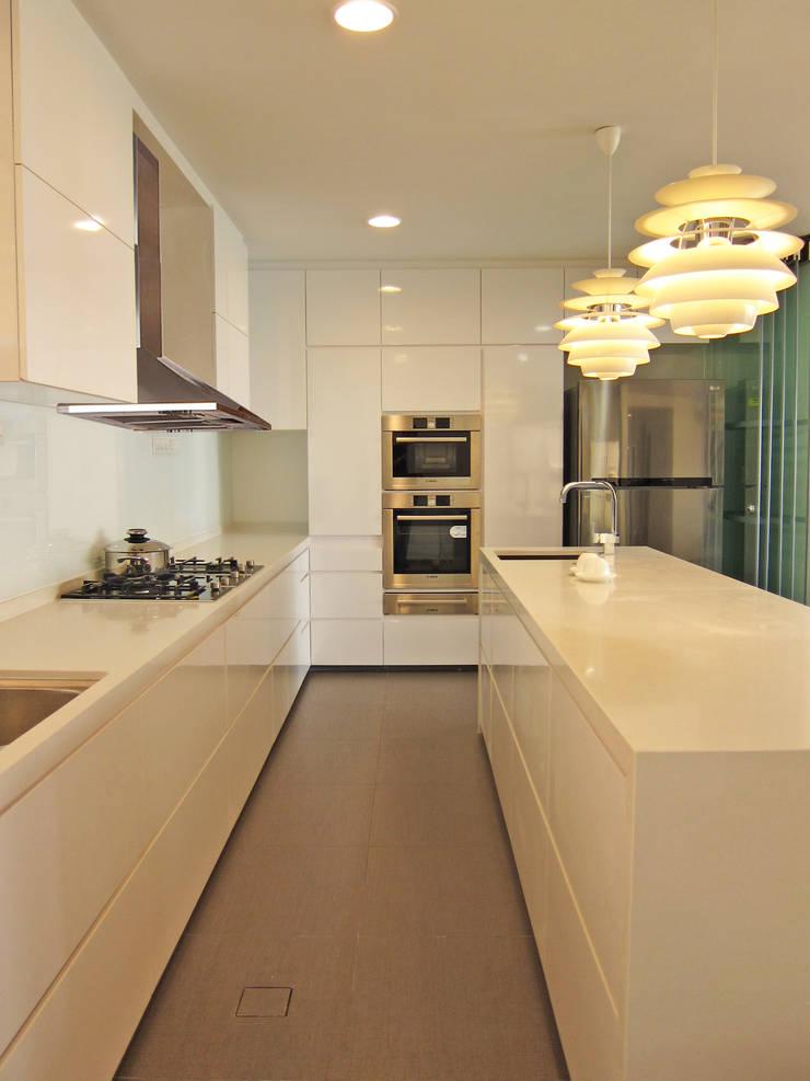 kitchen:   by JIA Studios LLP