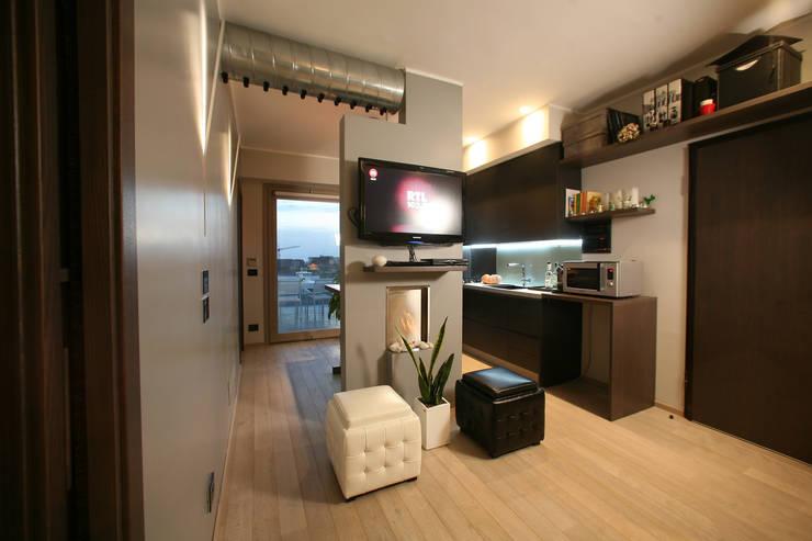 piccolo appartamento in città: Paesaggio d'interni in stile  di pucci+saladino architects