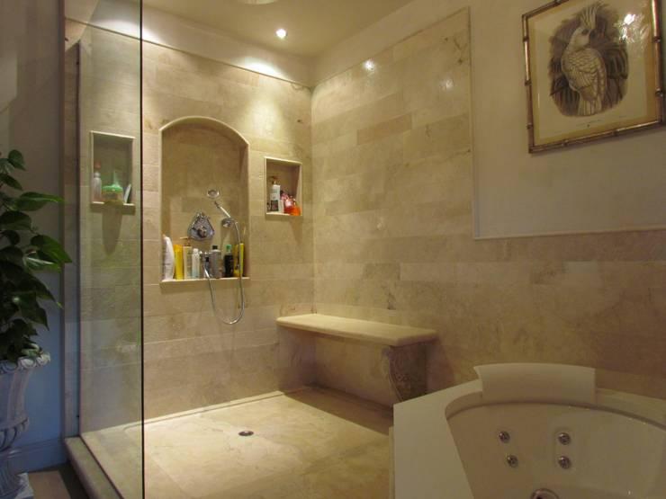 Baños de estilo clásico por Garden House Lazzerini