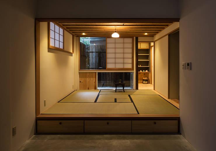 茶室(夕景): TOFUが手掛けた家です。