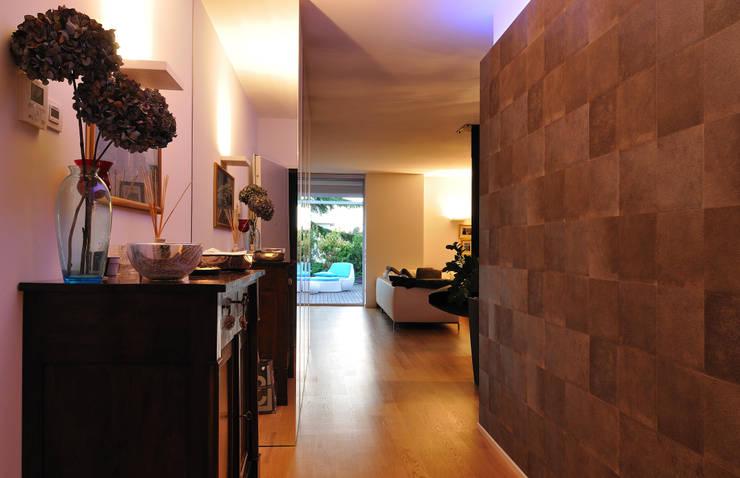 +studi: ingresso attico L+S:  in stile  di +studi, Moderno