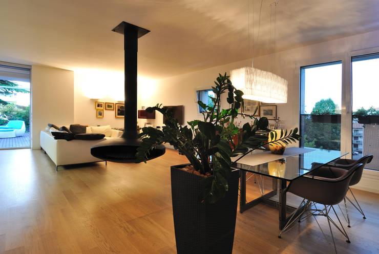 +studi: zona giorno attico L+S: Paesaggio d'interni in stile  di +studi