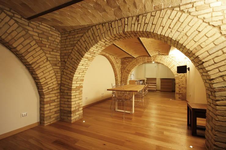 Casa in centro storico: Sala da pranzo in stile  di Luca Mancini | Architetto, Moderno