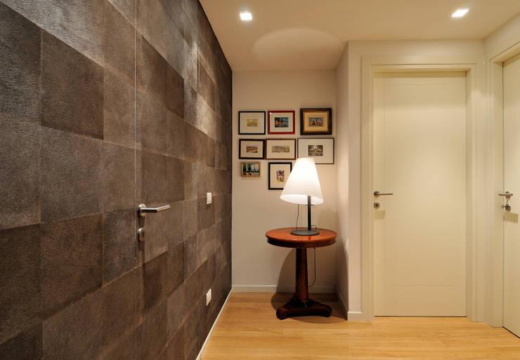 +studi: ingresso attico L+S: Paesaggio d'interni in stile  di +studi
