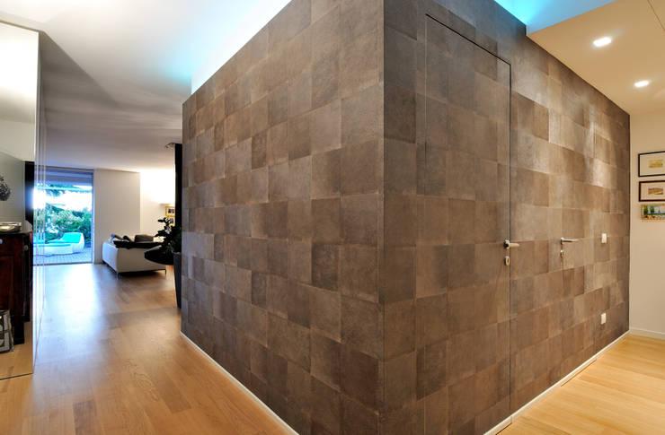 +studi: ingresso attico L+S: Ingresso & Corridoio in stile  di +studi, Moderno