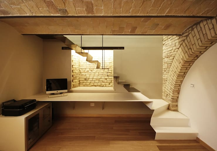 Pasillos y vestíbulos de estilo  por Luca Mancini | Architetto