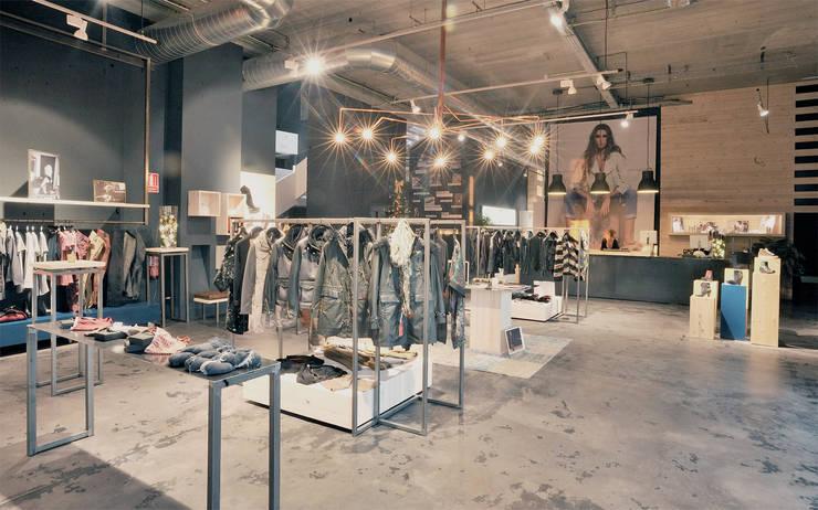 BLACK APPLE: Espacios comerciales de estilo  de ESTUDI SANNA