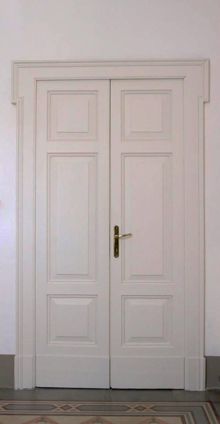 Porte interne:  in stile  di Studio tecnico associato 'Il Progetto',