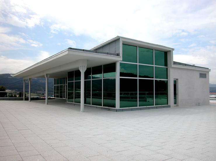 Planta dirección y cubierta: Oficinas y Tiendas de estilo  de arquitectura & diseño mobilarte, s.a.